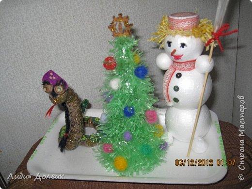 Вот таких лыжников сделали мы несколько лет назад , как новогоднюю поделку. Снег-упаковочный материал,ёлки - веточки туи, деревья - веточки, гроздья рябины - бисер, фото 5