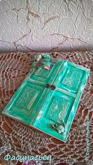 """Сотворилась у меня открыточка для подруги (ей """"везет"""",я ей на новый но тоже дверь дарила :-) ). Основа-дизкартон,двери из пивного картона,грунт,краска и воски (белый и золотой).Дверь конечно где то в заброшенном замке,потертая,но все еще красивая))) фото 2"""