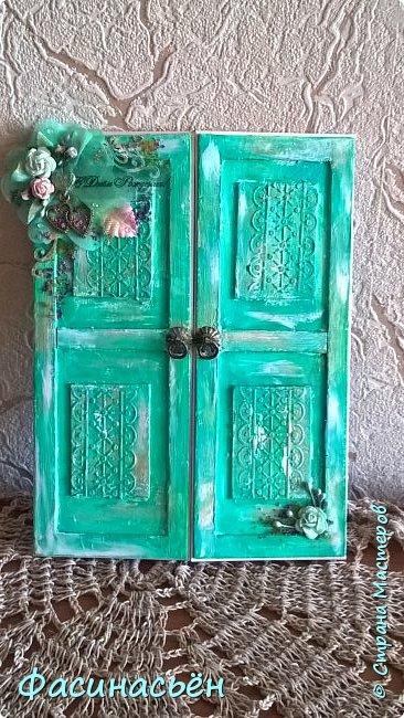 """Сотворилась у меня открыточка для подруги (ей """"везет"""",я ей на новый но тоже дверь дарила :-) ). Основа-дизкартон,двери из пивного картона,грунт,краска и воски (белый и золотой).Дверь конечно где то в заброшенном замке,потертая,но все еще красивая))) фото 9"""