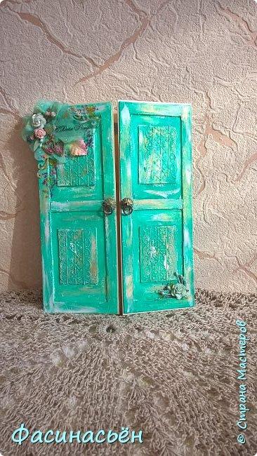 """Сотворилась у меня открыточка для подруги (ей """"везет"""",я ей на новый но тоже дверь дарила :-) ). Основа-дизкартон,двери из пивного картона,грунт,краска и воски (белый и золотой).Дверь конечно где то в заброшенном замке,потертая,но все еще красивая))) фото 1"""
