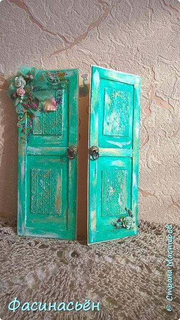 """Сотворилась у меня открыточка для подруги (ей """"везет"""",я ей на новый но тоже дверь дарила :-) ). Основа-дизкартон,двери из пивного картона,грунт,краска и воски (белый и золотой).Дверь конечно где то в заброшенном замке,потертая,но все еще красивая))) фото 3"""
