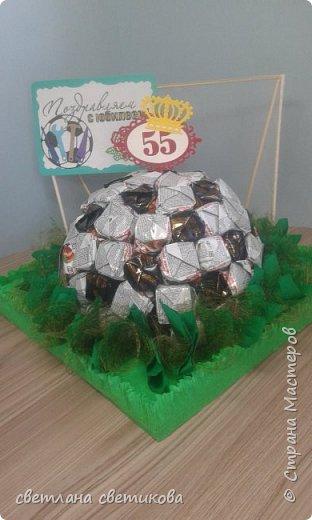 """Первая работа из конфет. Не  расчитала размер, пришлось спрятать мяч в """"траве"""". фото 4"""