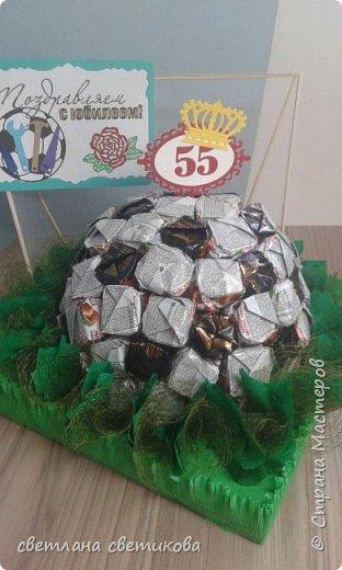 """Первая работа из конфет. Не  расчитала размер, пришлось спрятать мяч в """"траве"""". фото 1"""