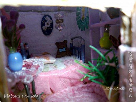 Всем привет! Снова я в этот раз со сказочным домиком - ночником. Обожаю я все эти сказочные штучки))) Домик сделан из картона и бересты, крыша украшена атласными цветами и пластиковой зеленью.  Функциональный со светом)))) фото 20