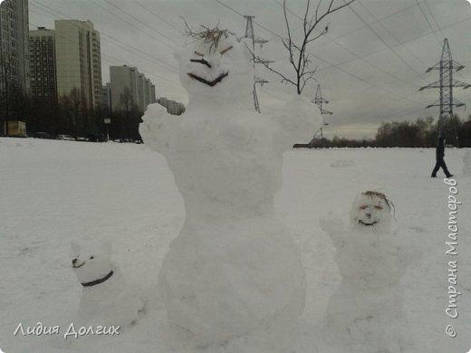 Не люблю я просто снежных баб лепить. Жалко их- убогие какие-то получаются.  Вот такую снегурочку слепили мы с внучкой во дворе. Глазки и ротик-пуговки, а на отделку пошла бахрома от старой клеёнки (до помойки не доехала) фото 14