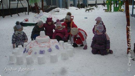 Не люблю я просто снежных баб лепить. Жалко их- убогие какие-то получаются.  Вот такую снегурочку слепили мы с внучкой во дворе. Глазки и ротик-пуговки, а на отделку пошла бахрома от старой клеёнки (до помойки не доехала) фото 11
