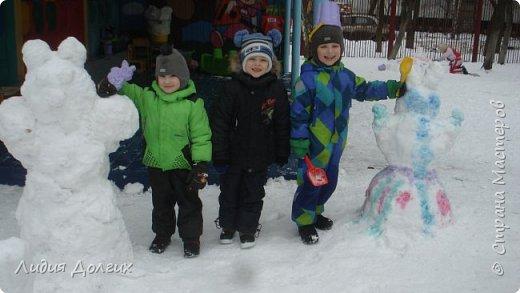 Не люблю я просто снежных баб лепить. Жалко их- убогие какие-то получаются.  Вот такую снегурочку слепили мы с внучкой во дворе. Глазки и ротик-пуговки, а на отделку пошла бахрома от старой клеёнки (до помойки не доехала) фото 10