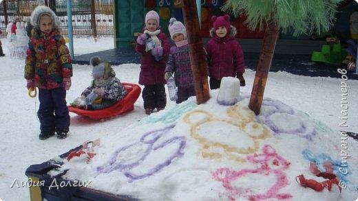Не люблю я просто снежных баб лепить. Жалко их- убогие какие-то получаются.  Вот такую снегурочку слепили мы с внучкой во дворе. Глазки и ротик-пуговки, а на отделку пошла бахрома от старой клеёнки (до помойки не доехала) фото 12