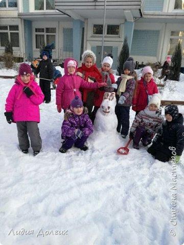 Не люблю я просто снежных баб лепить. Жалко их- убогие какие-то получаются.  Вот такую снегурочку слепили мы с внучкой во дворе. Глазки и ротик-пуговки, а на отделку пошла бахрома от старой клеёнки (до помойки не доехала) фото 13