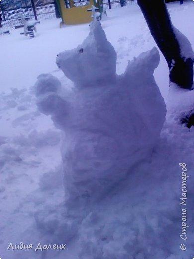Не люблю я просто снежных баб лепить. Жалко их- убогие какие-то получаются.  Вот такую снегурочку слепили мы с внучкой во дворе. Глазки и ротик-пуговки, а на отделку пошла бахрома от старой клеёнки (до помойки не доехала) фото 8