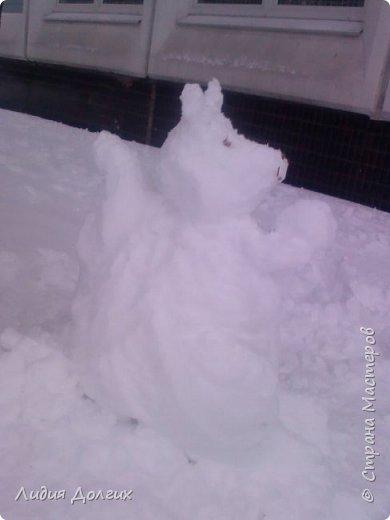 Не люблю я просто снежных баб лепить. Жалко их- убогие какие-то получаются.  Вот такую снегурочку слепили мы с внучкой во дворе. Глазки и ротик-пуговки, а на отделку пошла бахрома от старой клеёнки (до помойки не доехала) фото 9