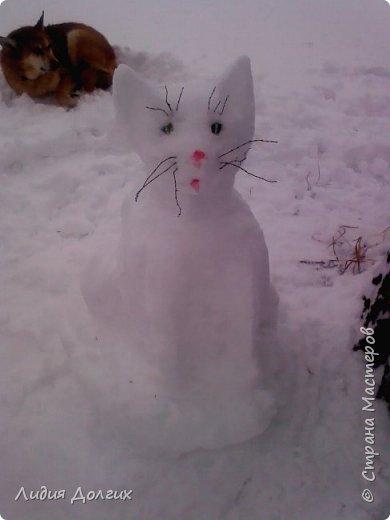 Не люблю я просто снежных баб лепить. Жалко их- убогие какие-то получаются.  Вот такую снегурочку слепили мы с внучкой во дворе. Глазки и ротик-пуговки, а на отделку пошла бахрома от старой клеёнки (до помойки не доехала) фото 4