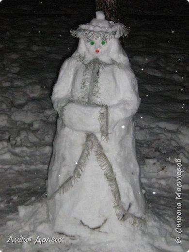 Не люблю я просто снежных баб лепить. Жалко их- убогие какие-то получаются.  Вот такую снегурочку слепили мы с внучкой во дворе. Глазки и ротик-пуговки, а на отделку пошла бахрома от старой клеёнки (до помойки не доехала) фото 1