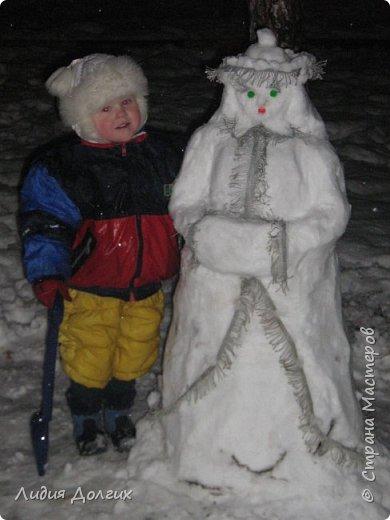 Не люблю я просто снежных баб лепить. Жалко их- убогие какие-то получаются.  Вот такую снегурочку слепили мы с внучкой во дворе. Глазки и ротик-пуговки, а на отделку пошла бахрома от старой клеёнки (до помойки не доехала) фото 2