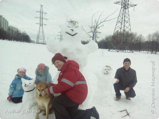 Не люблю я просто снежных баб лепить. Жалко их- убогие какие-то получаются.  Вот такую снегурочку слепили мы с внучкой во дворе. Глазки и ротик-пуговки, а на отделку пошла бахрома от старой клеёнки (до помойки не доехала) фото 16