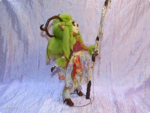 Дриада стоит на подставке из нержавеющей стали и выполнена в технике сухого валяния фото 2