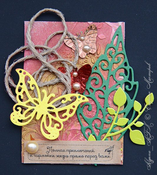 """Снова всех приветствую! Здесь я представлю еще одну серию карточек """"Пожелания"""". Вдохновили на такую идею вкладыши из печенек с пожеланиями. В работе использовала текстурную пасту, два цвета спреев (красная акварель и медь металлик), фантазийные завитки из шпагата и клея пва, вырубку, полубусины, пайетки-бабочки и сами пожелания. фото 2"""