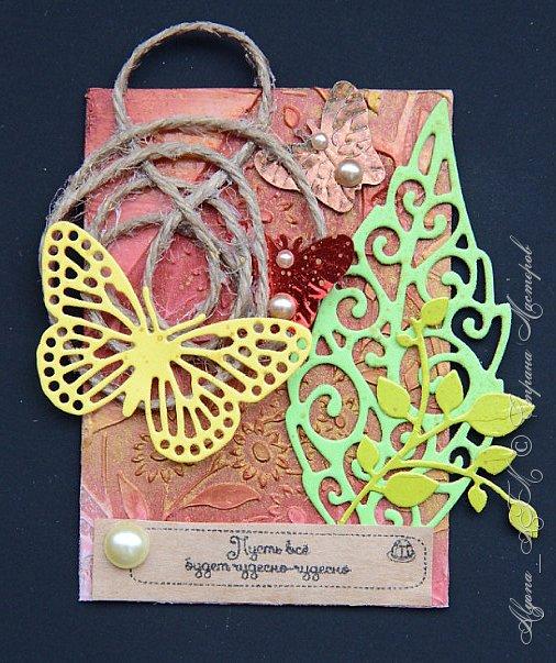 """Снова всех приветствую! Здесь я представлю еще одну серию карточек """"Пожелания"""". Вдохновили на такую идею вкладыши из печенек с пожеланиями. В работе использовала текстурную пасту, два цвета спреев (красная акварель и медь металлик), фантазийные завитки из шпагата и клея пва, вырубку, полубусины, пайетки-бабочки и сами пожелания. фото 3"""