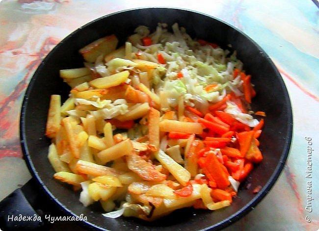 Рецептов рагу много. Самый простой: обжарить мясо с луком, добавить нарезанные овощи и потушить. Такое рагу я не люблю за его водянистость и свекольный цвет, кстати и тушеный картофель не могу есть именно из-за внешнего вида. А вот рагу, где все овощи обжариваются отдельно и потом соединяются с жареным мясом, люблю, но почти не готовлю, потому что это  долго и довольно трудоемко, а хозяйка я, как уже не раз говорила, ленивая. И вот сегодня озарило! фото 2