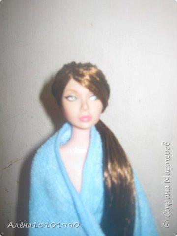 Здравствуйте,дорогие Мастера.  Появилась  у нас вот такая девушка. Подделка под Поппи Паркер. Принесли домой и испытала я дикий шок-завиток сверху был приклеен к голове ТЕРМОКЛЕЕМ. Удивившись дурости китайцев было принято решение куколку спасти. Первым делом попытались убрать клей,но я неаккуратно потянула волосочки и они остались в руках. Решила,что надо ей перепрошивку сделать. фото 2
