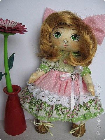 Здравствуйте, Мастера и Мастерицы! Представляю Вашему вниманию маю красавицу куколку Аленка!  Ростиком в 29 см, стоит и сидит самостоятельно. Голова подвижная, ручки и ножки сгибаются. Одежда полностью съемная: платье из хлопка; пышные панталончики из хлопка; трикотажные носочки; туфельки из кожзама. Волосы - шерсть, очень мягкие. Кукла держит в ручках спящего котенка. Текстильная кукла может быть игровой для ребенка при условии бережного обращения.  фото 9