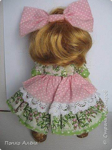 Здравствуйте, Мастера и Мастерицы! Представляю Вашему вниманию маю красавицу куколку Аленка!  Ростиком в 29 см, стоит и сидит самостоятельно. Голова подвижная, ручки и ножки сгибаются. Одежда полностью съемная: платье из хлопка; пышные панталончики из хлопка; трикотажные носочки; туфельки из кожзама. Волосы - шерсть, очень мягкие. Кукла держит в ручках спящего котенка. Текстильная кукла может быть игровой для ребенка при условии бережного обращения.  фото 12