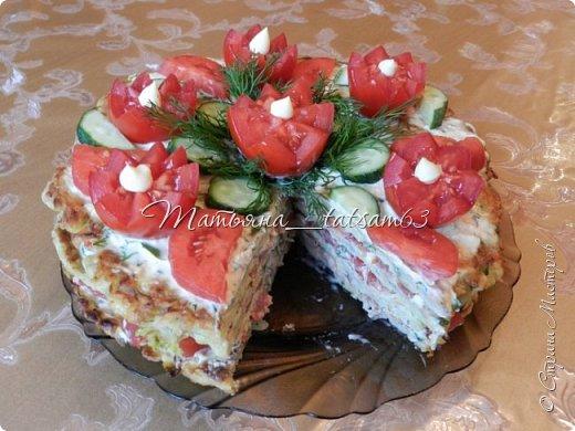 """Лето - овощная пора, поэтому хочу показать вам свои кабачковые тортики. Я думаю, все с ними знакомы, они легкие и вкусные. Рецептов таких ну очень много, а украшает их каждый по-своему. Я решила показать, как их украшала - посмотрите, если интересно. Я люблю, чтобы было """"быстро и просто"""", так и украшаю.  Этот тортик - на день рождения мужа - я украсила """"букетом"""". Нарядно получилось.  фото 5"""