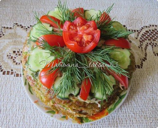 """Лето - овощная пора, поэтому хочу показать вам свои кабачковые тортики. Я думаю, все с ними знакомы, они легкие и вкусные. Рецептов таких ну очень много, а украшает их каждый по-своему. Я решила показать, как их украшала - посмотрите, если интересно. Я люблю, чтобы было """"быстро и просто"""", так и украшаю.  Этот тортик - на день рождения мужа - я украсила """"букетом"""". Нарядно получилось.  фото 7"""
