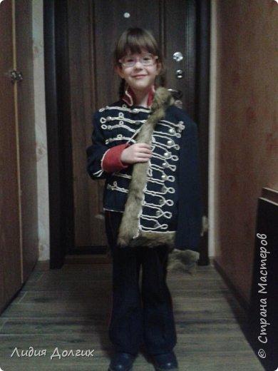 Хочу представить вашему вниманию костюм гуссара, который мой сын сделал практически сам из старой школьной формы ещё 30 лет назад. Столько труда ребёнок вложил в этот наряд, что рука не поднялась выкинуть или отдать кому-нибудь. Были взяты 2 школьные курточки и брюки от школьной формы 80х годов. Я обшила красным материалом от старого пальто воротник и манжеты мундира и искусственным мехом по краю обшила доломан (курточка, что накинута на плечо), а весь шнур и пуговицы вручную пришил мой 8 летний( тогда ещё) сын. На фото не видно, но шнуром выложены ещё петли по спине курток и по брюкам. Сейчас его костюм демонстрирует его младшая дочь. Анечка очень гордится своим папой. фото 1