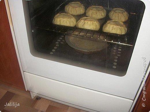 """Приветствую всех тех, кто любит накормить своих близких вкусно. И тех, кто любит вкусно поесть. И всех, кто заглянул ко мне из любопытства. Сначала два предупреждения. Первое - я не согласна с названием """"Курник"""", присвоенным национальному татарскому пирогу с мясом и картошкой, который, наверняка, знают большинство хозяек. У нас это -""""балэш, или зур балэш (большой балэш), кстати, любимые многими беляши из той же оперы. В противовес к большому многие хозяйки готовят """"вак балэш""""  (маленький балэш), это быстрее, удобнее подавать к столу.  настоящий балэш готовился исстари вовсе не из курицы, а из говядины или гусятины. Это праздничная еда. В моём детстве во многих семьях, как обычная еда, он готовился из потрохов и тоже был неимоверно вкусен. Второе - это, конечно же, не летнее блюдо. Оно для осени, для зимы. Но к нам приехала гостья из Санкт-Петербурга, которую мы решили угостить  """"вак балэш"""" - этим национальным блюдом.   У каждой хозяйки он свой. Я предлагаю сделать так, как делаю я. Здесь уже готовый результат. фото 20"""