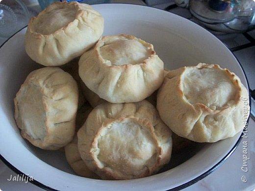 """Приветствую всех тех, кто любит накормить своих близких вкусно. И тех, кто любит вкусно поесть. И всех, кто заглянул ко мне из любопытства. Сначала два предупреждения. Первое - я не согласна с названием """"Курник"""", присвоенным национальному татарскому пирогу с мясом и картошкой, который, наверняка, знают большинство хозяек. У нас это -""""балэш, или зур балэш (большой балэш), кстати, любимые многими беляши из той же оперы. В противовес к большому многие хозяйки готовят """"вак балэш""""  (маленький балэш), это быстрее, удобнее подавать к столу.  настоящий балэш готовился исстари вовсе не из курицы, а из говядины или гусятины. Это праздничная еда. В моём детстве во многих семьях, как обычная еда, он готовился из потрохов и тоже был неимоверно вкусен. Второе - это, конечно же, не летнее блюдо. Оно для осени, для зимы. Но к нам приехала гостья из Санкт-Петербурга, которую мы решили угостить  """"вак балэш"""" - этим национальным блюдом.   У каждой хозяйки он свой. Я предлагаю сделать так, как делаю я. Здесь уже готовый результат. фото 23"""