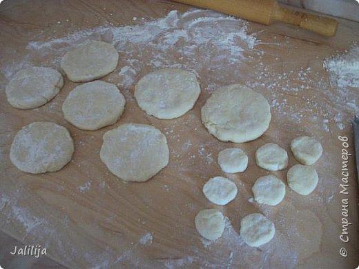 """Приветствую всех тех, кто любит накормить своих близких вкусно. И тех, кто любит вкусно поесть. И всех, кто заглянул ко мне из любопытства. Сначала два предупреждения. Первое - я не согласна с названием """"Курник"""", присвоенным национальному татарскому пирогу с мясом и картошкой, который, наверняка, знают большинство хозяек. У нас это -""""балэш, или зур балэш (большой балэш), кстати, любимые многими беляши из той же оперы. В противовес к большому многие хозяйки готовят """"вак балэш""""  (маленький балэш), это быстрее, удобнее подавать к столу.  настоящий балэш готовился исстари вовсе не из курицы, а из говядины или гусятины. Это праздничная еда. В моём детстве во многих семьях, как обычная еда, он готовился из потрохов и тоже был неимоверно вкусен. Второе - это, конечно же, не летнее блюдо. Оно для осени, для зимы. Но к нам приехала гостья из Санкт-Петербурга, которую мы решили угостить  """"вак балэш"""" - этим национальным блюдом.   У каждой хозяйки он свой. Я предлагаю сделать так, как делаю я. Здесь уже готовый результат. фото 7"""