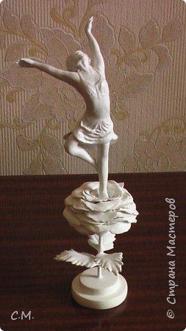 Здравствуйте.Вот и еще одна из моих работ в технике папье-маше (бумажная лепка).Хотелось сделать что-то необычное.И родилась вот такая идея-классика с особым смыслом.Этот образ олицетворяет  легкость, пробуждение,возродение, расцвет и свежесть. фото 1