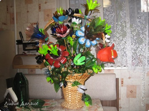 Анина ваза и кукла так понравились в саду, что они решили замахнуться на городской конкурс по мусорной тематике. Ребята из группы сортировали и закапывали мусор, с родителями рисовали и устанавливали знаки, призванные охранять природу, проводили занятия по охране окружающей среды и т.д., а мы решили сделать ещё один букетик из мусора. Ну и как всегда, остановиться было трудно. В результате появилась на свет вот такая корзина. фото 34