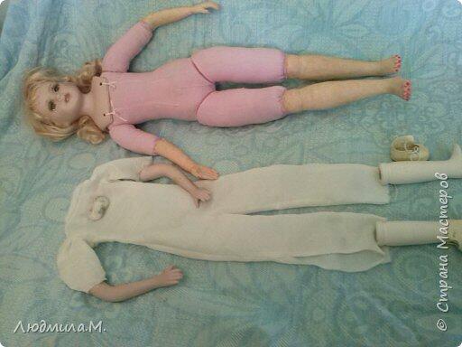 Единомышленники по творчеству, здравия вам и новых идей! Хочу показать переделку тела фарфоровой куклы, попавшей ко мне не надолго. Её хозяйка, девочка 6-ти лет, была очень огорчена оторванной правой рукой, и я взялась починить. Дела там было минут на 20, и я думала этим и ограничиться. Но когда сняла одежду с куклы, была шокирована увиденным. Тело было сделано небрежно, несоразмерно длинные ноги при несоразмерно маленьких ступнях и тонкие ручки с ладошками, явно созданными для куклы поменьше ростом. Решила всё переделать. фото 5