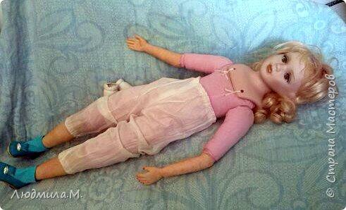Единомышленники по творчеству, здравия вам и новых идей! Хочу показать переделку тела фарфоровой куклы, попавшей ко мне не надолго. Её хозяйка, девочка 6-ти лет, была очень огорчена оторванной правой рукой, и я взялась починить. Дела там было минут на 20, и я думала этим и ограничиться. Но когда сняла одежду с куклы, была шокирована увиденным. Тело было сделано небрежно, несоразмерно длинные ноги при несоразмерно маленьких ступнях и тонкие ручки с ладошками, явно созданными для куклы поменьше ростом. Решила всё переделать. фото 7