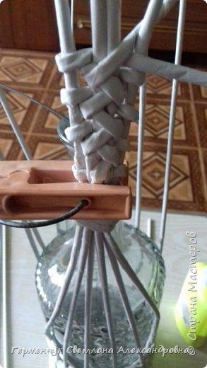 Корзинка для бутылки - как украшение стола и хороша для подарка.Плетется так,как салфетница фото 8