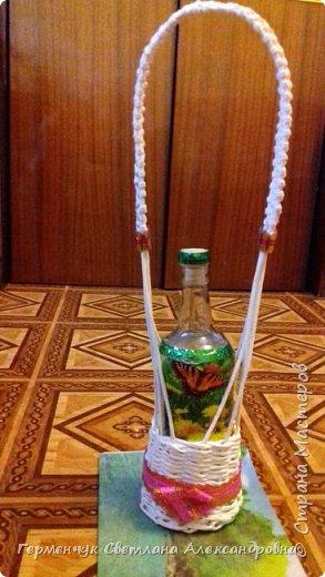 Корзинка для бутылки - как украшение стола и хороша для подарка.Плетется так,как салфетница фото 17
