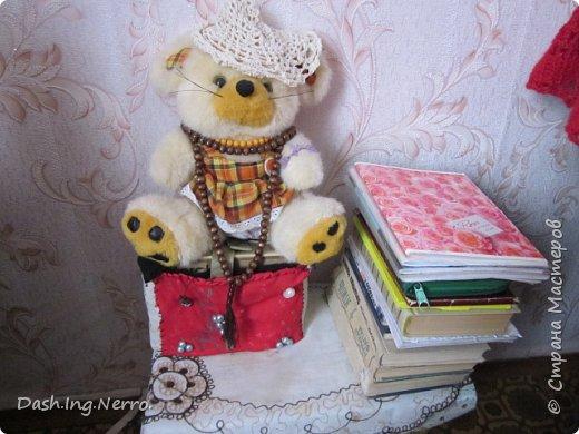 """""""Шкатулка в виде книги"""". Ручная работа. Эту поделку я сделала еще в детстве. Это был подарок для моей сестры на Новый Год.  На голове у мышки красуется вязанная крючком белая шляпа.  фото 1"""