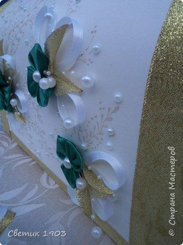 """Поступил заказ от девушки сделать свадебный набор в цвете изумруд. Заказ был срочный, нужно было сделать за неделю набор. Свадьба мусульманская,  но не совсем таких строгих правил, когда на """"жидкость с градусами табу, а подвязки вообще ни-ни"""". Делать набор только в бело-изумрудном цвете мне показалось скучным, решила """"разбавить"""" золотом. Лето, много света, набор очень красиво переливается золотом на солнце.  фото 7"""
