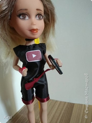 Девочку зовут Кейси, она ведёт свой канал на ютубе. Это её главное увлечения и проще говоря стиль жизни.   фото 1