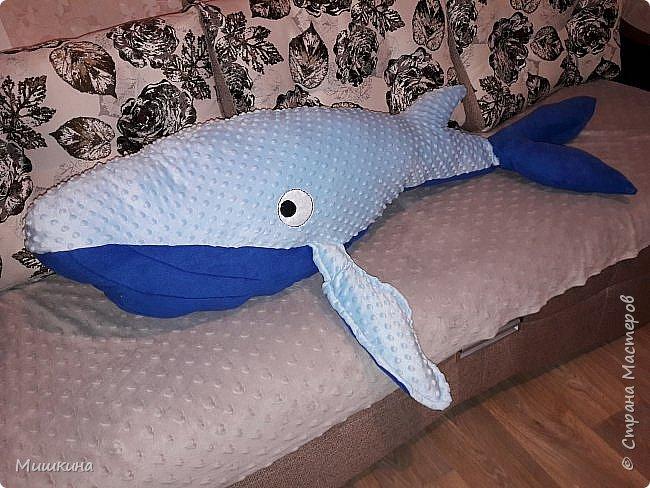 Доброго всем! У меня мания гигантизма продолжается. Многие знакомы с джинсовым китом? Это его небольшой брат из флиса  и плюша по слегка увеличенной в 999 раз выкройке)))) с помощью программы paint.  По другому не умею фото 1