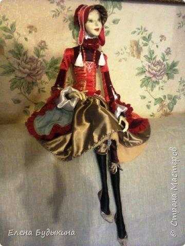 Эту куколку сделала немного в другой технике. Куколка стилизованная, не везде соблюдались пропорции. В данном случае пришлось повозиться с костюмом, поскольку много вышивки бисером, особенно юбка. Хотя на первый взгляд и не заметно. Но при ближайшем рассмотрении есть что разглядывать.  фото 2