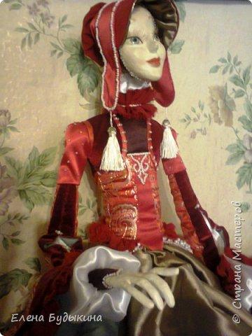 Эту куколку сделала немного в другой технике. Куколка стилизованная, не везде соблюдались пропорции. В данном случае пришлось повозиться с костюмом, поскольку много вышивки бисером, особенно юбка. Хотя на первый взгляд и не заметно. Но при ближайшем рассмотрении есть что разглядывать.  фото 3