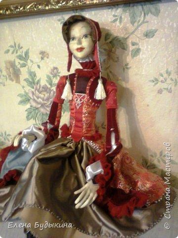 Эту куколку сделала немного в другой технике. Куколка стилизованная, не везде соблюдались пропорции. В данном случае пришлось повозиться с костюмом, поскольку много вышивки бисером, особенно юбка. Хотя на первый взгляд и не заметно. Но при ближайшем рассмотрении есть что разглядывать.  фото 4