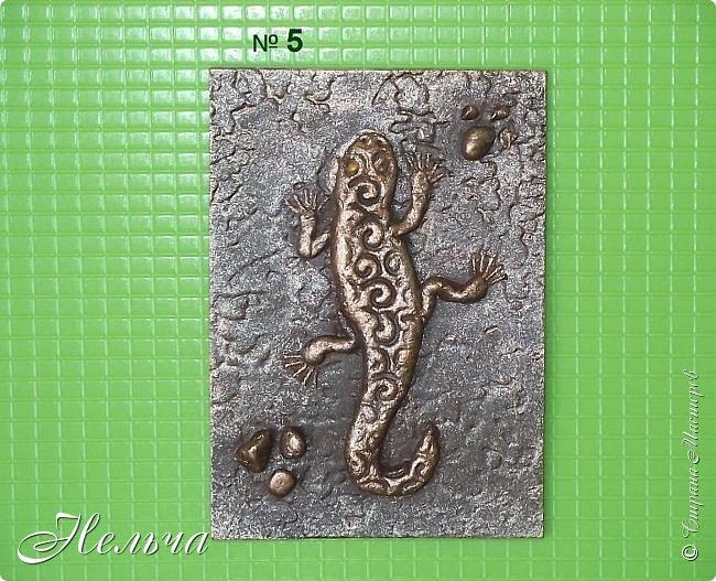 """У меня есть панно  """"Ящерица""""  http://stranamasterov.ru/node/1087306  , вот решила сделать похожие карточки. Ящерки из солёного теста, маленькие камешки - настоящие, покраска под бронзу. Тело ящериц придавила пуговицами, глазки - маленькие стразики ( почти не видно). Пальчики у ящерок из ниточки. фото 4"""