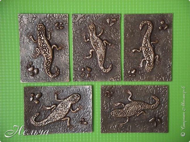 """У меня есть панно  """"Ящерица""""  http://stranamasterov.ru/node/1087306  , вот решила сделать похожие карточки. Ящерки из солёного теста, маленькие камешки - настоящие, покраска под бронзу. Тело ящериц придавила пуговицами, глазки - маленькие стразики ( почти не видно). Пальчики у ящерок из ниточки. фото 5"""