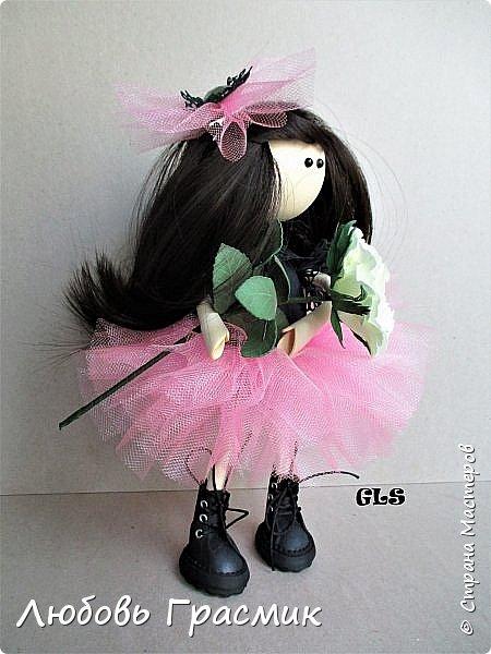 На этот раз все началось с розовой юбочки :)), потом училась наклеивать трессы ,то есть делать прическу фото 1