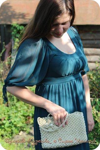Представляю вашему вниманию серый клатч из полипропиленового шнура. Сумка очень красиво переливается на солнце, не смотря на серый цвет, она выглядит очень красиво. Благодаря фактуре шнура, этот клатч будет одинаково хорошо смотреться как с платьем (и летним, и вечерним), так и с джинсами.  Клатч имеет длинную плетеную ручку, которую легко можно заправить внутрь, и носить без ручки. Размеры сумочки: 27х16 см. Подклад: синтетическая ткань черного цвета. Застежка: магнит.  Вид спереди: фото 7