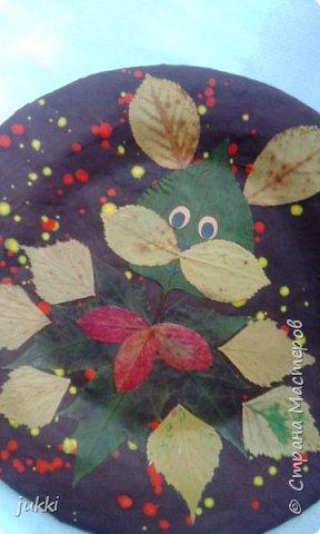 Здравствуйте).Тарелочка в технике Папье маше покрыта гуашью. Листья высушены и наклеены клеем Момент универсальный.  Глазки из цветной бумаги. Вся тарелка покрыта лаком спреем . Благодарю. фото 2